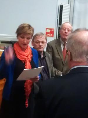 Lähidemokratiahankkeen esityksiä luovuttamassa Kaisa Lumiaho, Paavo Silvola ja Waltter Röbbelen.